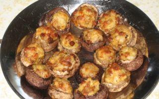 Шампиньоны с помидорами, запеченные в духовке и жареные в сковороде: рецепты приготовления