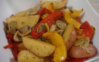 Картошка, запеченная с грибами и овощами в духовке; картофель, тушеный с грибами и овощами