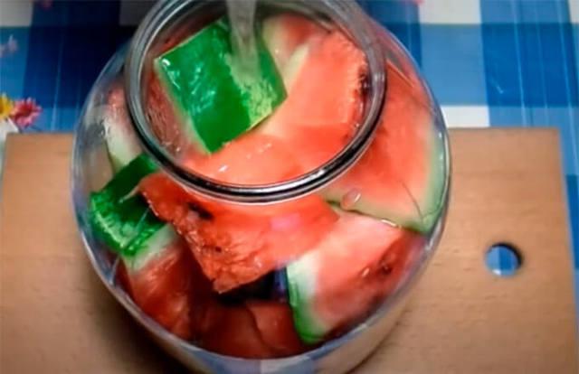 Арбуз с уксусом в банке на зиму - пошаговый рецепт с фото