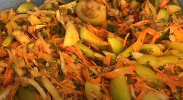 Салат из зеленых помидор с морковкой на зиму - простой пошаговый рецепт