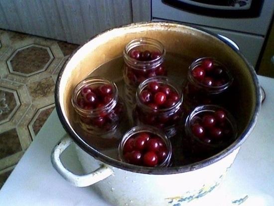 Вишня в собственном соку с косточками на зиму - самые простые рецепты