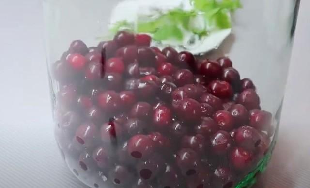 Компот из нектаринов и вишни на зиму - простой пошаговый рецепт