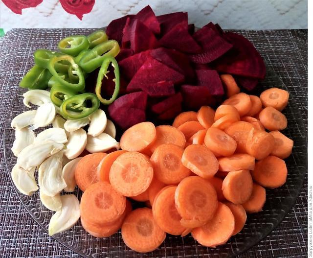 Капуста со свеклой и чесноком на зиму - рецепт приготовления с пошаговыми фото