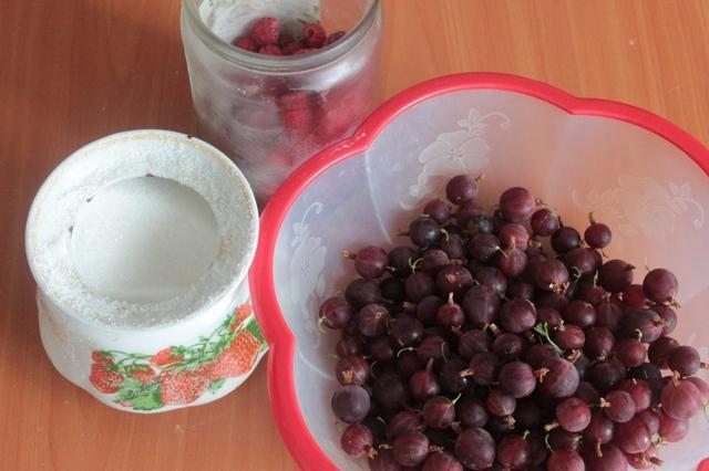 Компот из малины и крыжовника на 3-литровую банку на зиму - простой пошаговый рецепт