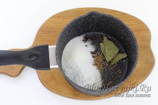 Соленая скумбрия в банке на зиму - простой рецепт в домашних условиях